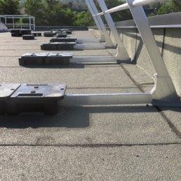Auslegeschiene für Flachdachgeländer mit Auflast Ballast 2500