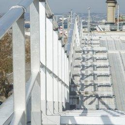 Dachgeländer auf Stahltrapezblech und Sandwichelemente