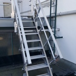 Technische Dachtreppe mit Auflast