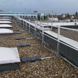 Freistehendes Dachgeländer mit Auflast